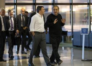 epa04419016 Fiat-Chrysler (FCA) Chief Executive Sergio Marchionne (R) greets Italian Prime Minister Matteo Renzi (C) at the Fiat-Chrysler World Headquarters in Auburn Hills, Michigan, USA, 26 September 2014.  EPA/RENA LAVERTY